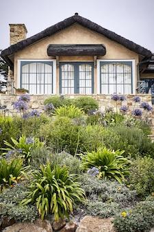 Creatief landschapsontwerp van een mooi huis