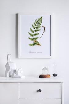 Creatief minimalistisch woonkamerinterieur met mock-up posterframe witte moderne commode sculptuur van kat en kleine persoonlijke accessoires witte muren