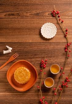 Creatief mooncake mooncake-tafelontwerp - chinees traditioneel gebak met theekopjes, mid-autumn festival-concept, bovenaanzicht, plat gelegd.