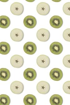 Creatief naadloos patroon gemaakt van kiwi en plakjes appel, plat gelegd. voedselconcept