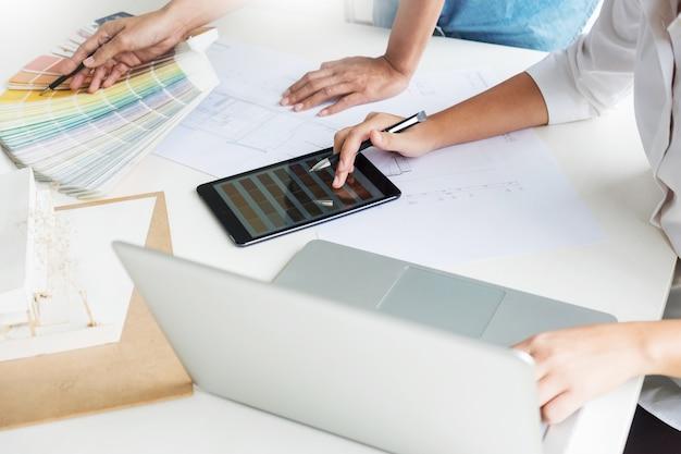 Creatief of binnenlandse ontwerpersgroepswerk met pantonemonster en de bouw van plannen op kantoor