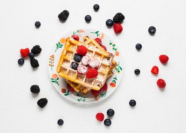 Creatief ontbijt met wafels en wilde bessen