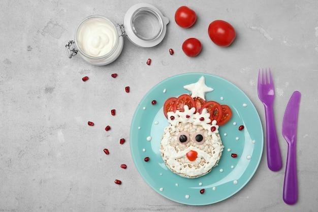 Creatief ontbijt voor kinderen op grijze bovenaanzicht als achtergrond