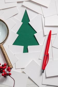 Creatief ontwerp van kerstmuur met papieren dennenboom