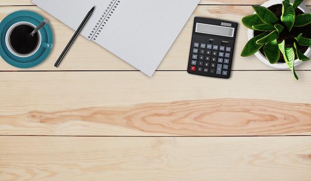 Creatief ontwerpmodel set werkruimte bureau. bovenaanzicht van desktop thuis. rekenmachine, mok met koffie of thee, pot met bloem, notebook en pen tot op houten achtergrond. cijfers thuis berekenen