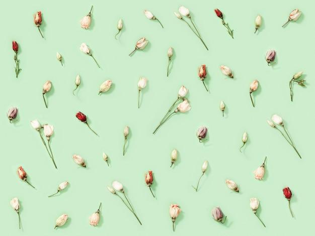 Creatief patroon van veel droge kleurrijke bloemen eustoma, natuur- of milieuconcept.