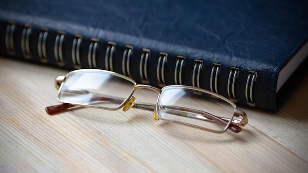 Creatief persoon bureau bril en notitieblok d