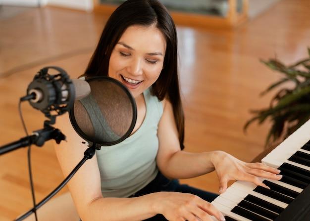Creatief persoon die een lied binnenshuis oefent