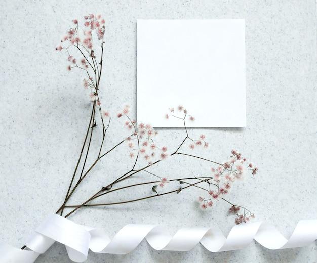 Creatief plat leggen ontwerp van kaartnota met bloem.
