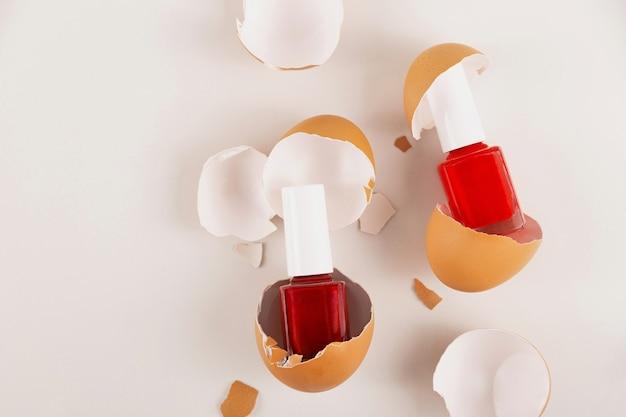 Creatief schoonheidsconcept verschillende gevarieerde rode nagellakken in eierschaal vegan biologische cosmetica