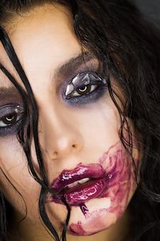 Creatief schoonheidsportret van een meisje met bergkristallen en gesmeerde lippenstift. nat haar op het hoofd.