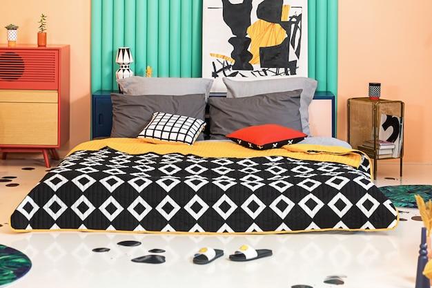 Creatief slaapkamerinterieur met kleurrijke details en geometrisch bedrukt textiel