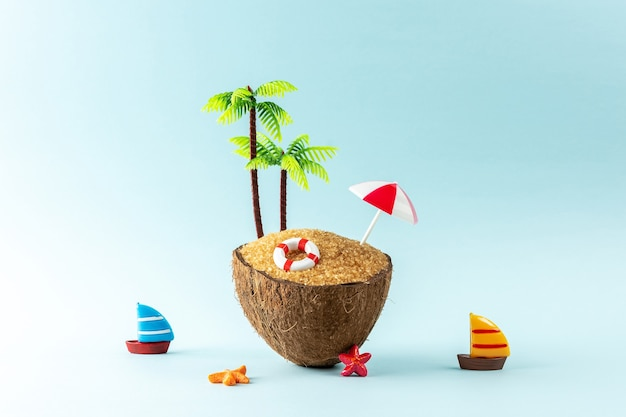Creatief strandconcept gemaakt van kokospalm en zomerspullen