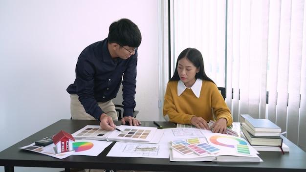 Creatief team analyseren en brainstormen planning over een gemeenschappelijk project in de ontwerpstudio coworking space.