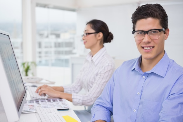 Creatief team dat bij bureau werkt
