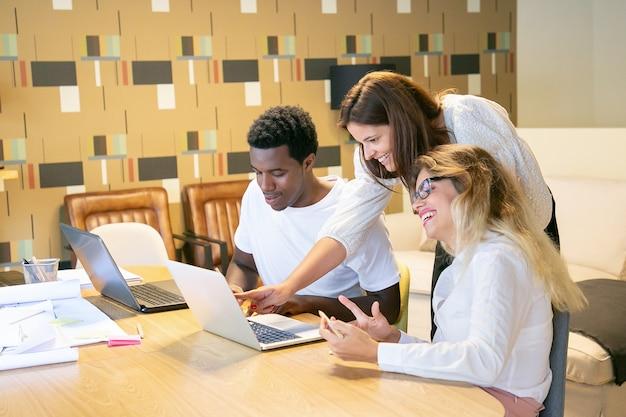 Creatief team dat samen inhoud op pc bekijkt