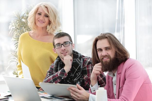 Creatief team van ontwerpers op de werkvloer