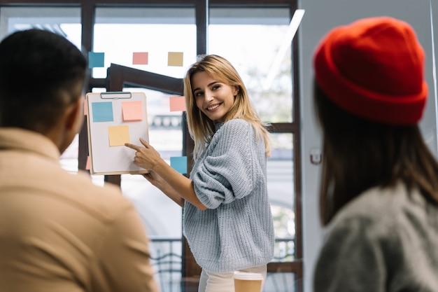Creatief team werken opstarten, strategieplanning. scrum meester met vinger op notitie
