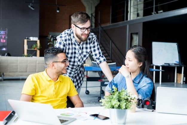 Creatief zakelijk team chatten in office