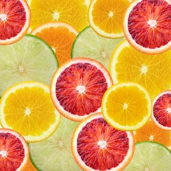 Creatief zomerpatroon gemaakt van sinaasappelen achtergrond van half gesneden sinaasappelen.