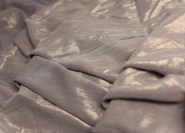 Creatieve abstracte achtergrond van gevouwen bruine doek. het concept van creativiteit