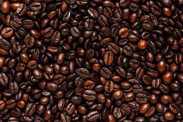 Creatieve achtergrond gemaakt van koffiebonen.