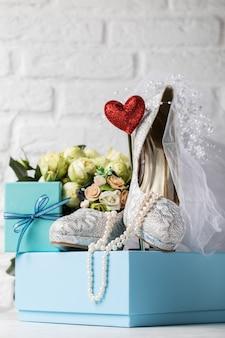 Creatieve arrangement van schoenen en decor