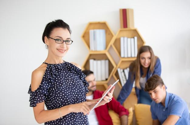 Creatieve bedrijfsmensen die bij startup business office en laptop aan bureau werken