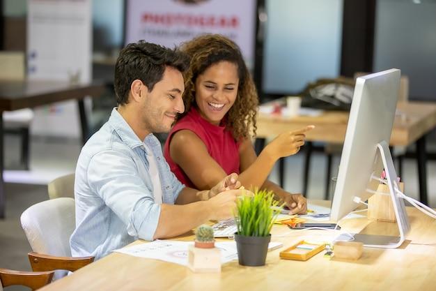 Creatieve bedrijfsmensen die in startkantoor werken