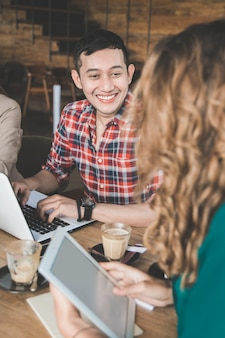Creatieve bijeenkomst in een café van mensen uit het bedrijfsleven met diversiteit