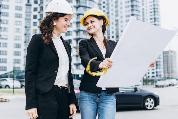 Creatieve bouwarbeiders plannen toekomst buiten