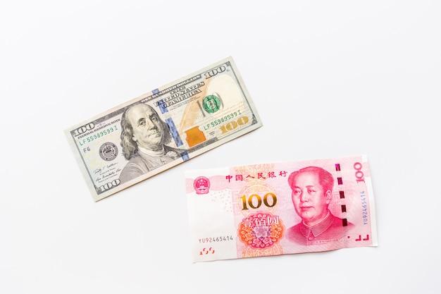 Creatieve bovenaanzicht plat leggen van contant geld amerikaanse dollar en chinese yuan rekeningen
