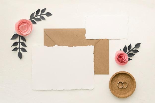 Creatieve bruiloft briefpapier bovenaanzicht