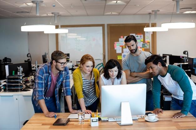 Creatieve business team samen te werken op desktop pc op kantoor