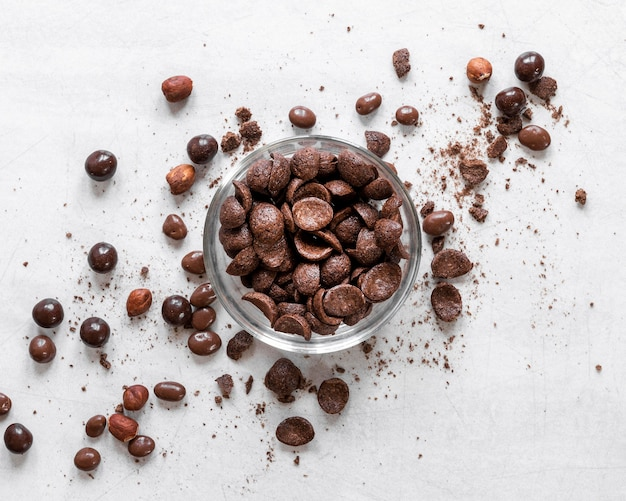 Creatieve chocolade regeling op lichte achtergrond
