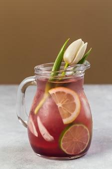 Creatieve citroenlimonade die als vaas voor tulpen creatief concept wordt gebruikt