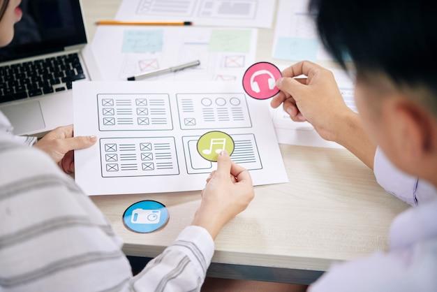 Creatieve collega's die werken aan een nieuw app-ontwerp