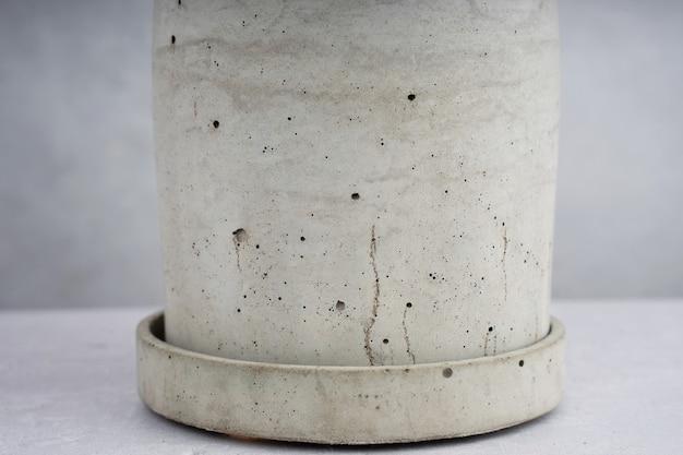 Creatieve compositie grijze betonnen bloempot minimalisme natuurlijk materiaal