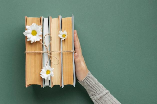 Creatieve compositie met boeken en bloem