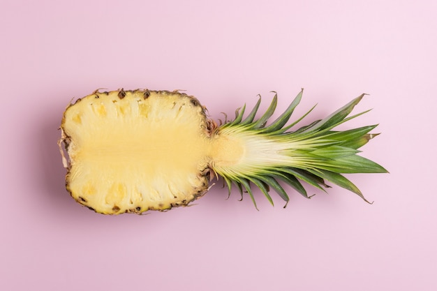 Creatieve compositie met gesneden ananas op lichte achtergrond.