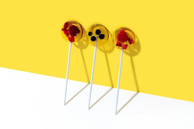 Creatieve compositie met lolly gemaakt van natuurlijke gedroogde bessen