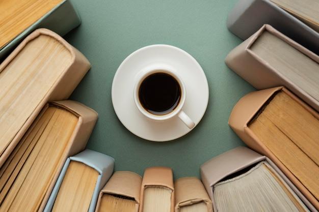 Creatieve compositie met verschillende boeken en een kopje koffie