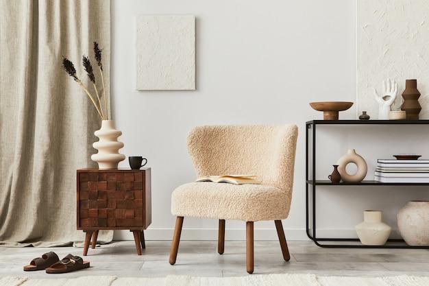 Creatieve compositie van een gezellig woonkamerinterieur met mock-up structuurverf, pluizige fauteuil, commode en persoonlijke accessoires. moderne klassieke stijl. sjabloon.