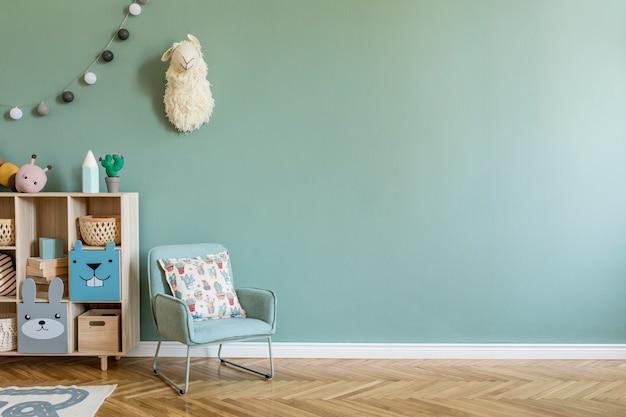 Creatieve compositie van een stijlvol en gezellig kinderkamerinterieur met eucalyptusmuur, knuffels, meubels en accessoires. parketvloer. kopieer ruimte. sjabloon.