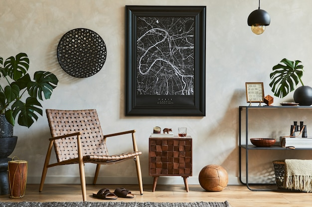 Creatieve compositie van elegant mannelijk woonkamerinterieur met mock-up posterframe, bruine fauteuil, industriële geometrische plank en persoonlijke accessoires. sjabloon.