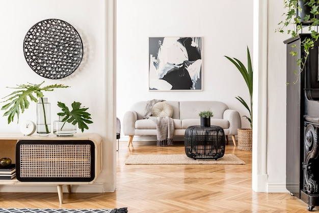 Creatieve compositie van gezellig en stijlvol woonkamerinterieur met frame, houten commode, bank en accessoires. witte muren en parketvloer. neutrale kleuren.