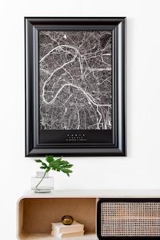 Creatieve compositie van gezellig en stijlvol woonkamerinterieur met frame, houten commode en accessoires. witte muren. minimalistisch concept. neutrale kleuren.