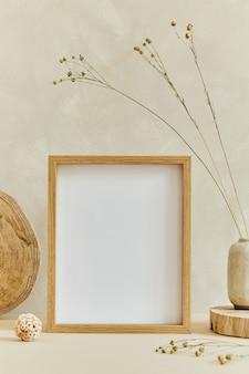 Creatieve compositie van gezellig minimalistisch interieur met mock-up posterframe, natuurlijke materialen als hout en marmer, droge planten en persoonlijke accessoires. neutrale beige kleuren, sjabloon.