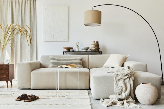 Creatieve compositie van gezellig woonkamerinterieur met mock-up posterframe en structuurschildering, hoekbank, salontafel, textiel en persoonlijke accessoires. scandinavische klassieke stijl.