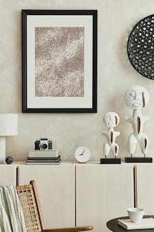 Creatieve compositie van modern beige woonkamerinterieur met ontworpen sculpturen, mock-up posterframe, beige houten dressoir en persoonlijke accessoires. sjabloon.